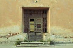 Gamla dörrar med skadad målarfärg Royaltyfria Foton
