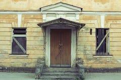Gamla dörrar med skadad målarfärg Royaltyfri Fotografi