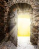 Gamla dörrar och ljust ljus från tillflyktsort arkivfoto