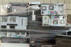 Gamla datorer som är klara för återanvändning Fotografering för Bildbyråer