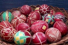 Gamla dekorerade röda easter ägg i korg Royaltyfri Bild