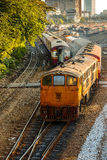 Gamla diesel- lokomotiv och drev i Bangkok Arkivbild