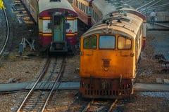 Gamla diesel- lokomotiv och drev i Bangkok Arkivbilder