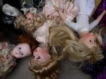 Gamla dockor som ska säljas, i en loppmarknad i Paris Royaltyfri Bild