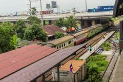 Gamla drev och passagerare på den Ladkrabang järnvägsstationen, arkivbild