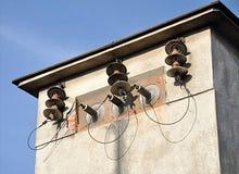 Gamla elektriska kablar och isolatorer royaltyfri foto