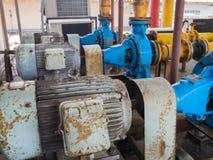 Gamla elektriska vattenpumpar som är fulla av rost Arkivbild
