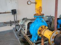 Gamla elektriska vattenpumpar som är fulla av rost Royaltyfria Bilder