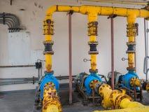 Gamla elektriska vattenpumpar som är fulla av rost Arkivfoto