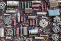 Gamla elektroniska delar som är församlade på brädet Royaltyfri Fotografi