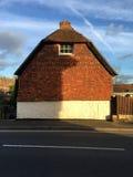 Gamla engelska belägger med tegel den klädda puben i Pulborough västra Sussex Royaltyfri Foto