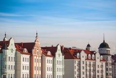 Gamla europétak och kulöra fasader av tappninghus i Kaliningrad Royaltyfria Bilder