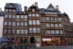 Gamla europeiska byggnader för halv timmer i Rennes Frankrike på den horisontalfyrkantiga Mästare-Jacquet arkivbild