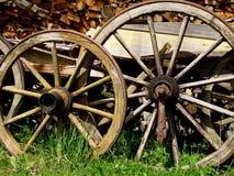 Gamla europeiska vagnshjul arkivbild