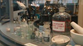 Gamla exponeringsglas med droger i museumlaboratoriumet arkivfilmer