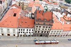 Gamla färgglade byggnader, sikt från det St Bartholomew s domkyrkatornet, Plzen, Tjeckien arkivfoto