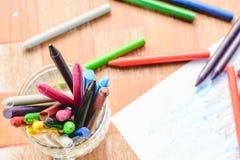 Gamla färgpennor för att måla Royaltyfria Foton