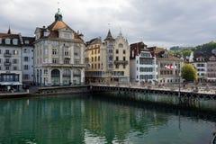 Gamla färgrika byggnader vid floden Reuss Arkivbild