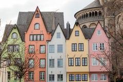 Gamla färgrika hus i staden Cologne, Tyskland Royaltyfri Bild