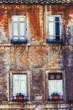 Gamla fönster för fasad fyra returnerar Forntida tegelstenvägg Royaltyfri Foto