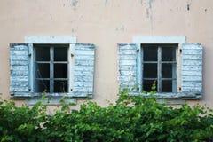 Gamla fönster i Budva, Montenegro arkivfoton