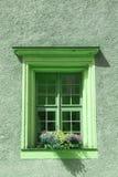 Gamla fönster och blommor på en gammal byggnad Fotografering för Bildbyråer
