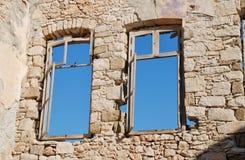 Gamla fönster på Halki Arkivfoto