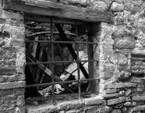 Gamla fönstergratings av det gamla huset Royaltyfria Foton