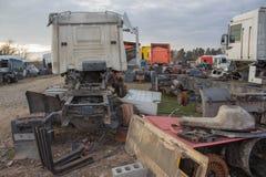 Gamla förstörda övergav lastbilar Arkivbilder