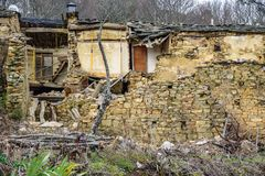 Gamla förstörda hus Arkivbild