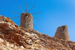 Gamla förstörda väderkvarnar på Creten Royaltyfria Bilder