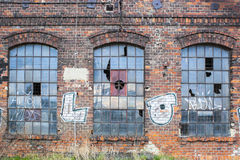Gamla fabriksfönster Arkivfoto