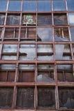 Gamla fabriksfönster Arkivbild