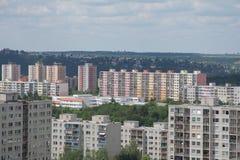 Gamla fabrikstillverkade delarna till bostadsområden i utkanten av en stad Royaltyfri Foto