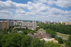 Gamla fabrikstillverkade delarna till bostadsområden nära en skog Fotografering för Bildbyråer