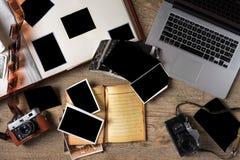 Gamla familjfoto på träbakgrund Tappningbilder, kamera arkivbilder