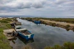 Gamla fartyg i deltan av floden Ebro Arkivfoto