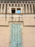Gamla fasader och bevarat av passagen av åren arkivfoton
