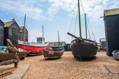 Gamla fishermansfartyg och på sjösida i Hastings den gamla staden royaltyfri bild