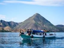 Gamla fiskare och barn som kryssar omkring shorelinen, Floresen, Indoen, Asiawen/Oraisherman och unga barnen, Flores, Indo, Asien Royaltyfri Fotografi