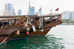 Gamla fiskebåtar i Abu Dhabi, UAE Arkivfoton