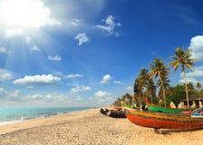Gamla fiskebåtar på stranden i Indien Royaltyfri Bild