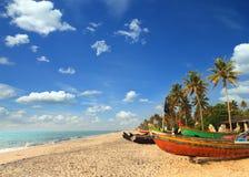 Gamla fiskebåtar på stranden i Indien Arkivfoto