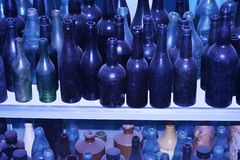 Gamla flaskor av olika format Arkivbild