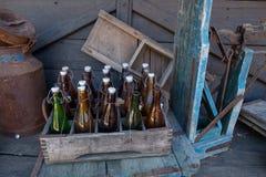 Gamla flaskor i en ask arkivfoto