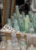 Gamla flaskor i spjällåda Arkivfoto