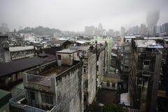 Gamla flerfamiljshus Macao Kina på en regnig dag Royaltyfria Foton