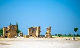 Gamla forntida stenar, förstörda väggar och byggnader, Pamukkale, Turke royaltyfria bilder