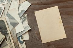Gamla foto för bunt på tabellen Tomt papper för modell Rufsad till och smutsig tappning för vykort fotografering för bildbyråer