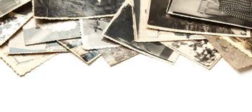 Gamla foto för bunt som isoleras på vit bakgrund Rufsad till och smutsig tappning för vykort royaltyfri foto